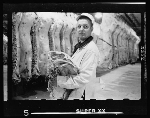 10-20.-Butcher-holding-slab-of-beef-in-a-meat-locker-520x411