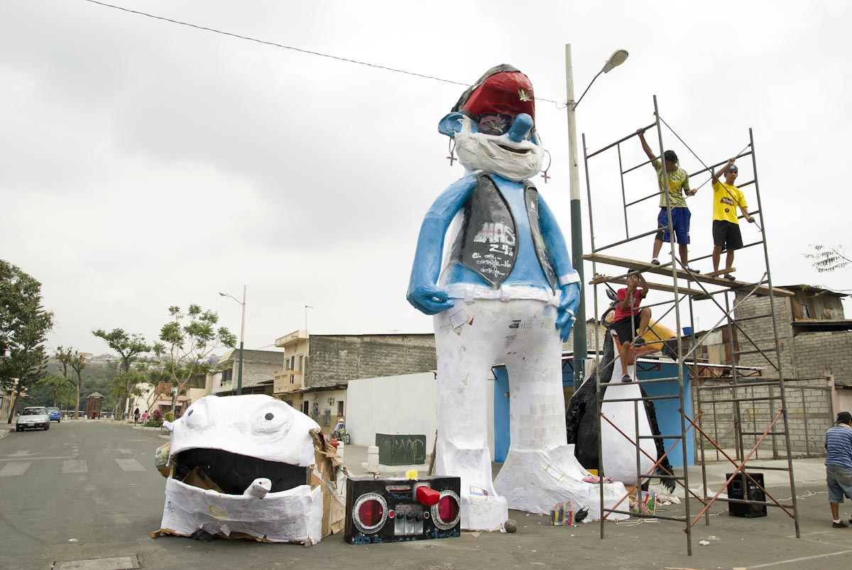 Ecuador Brings Out the Hulk, Smurfs, Hellboy for New Years: ecuador_new_years_10_20111229_2063675914.jpg