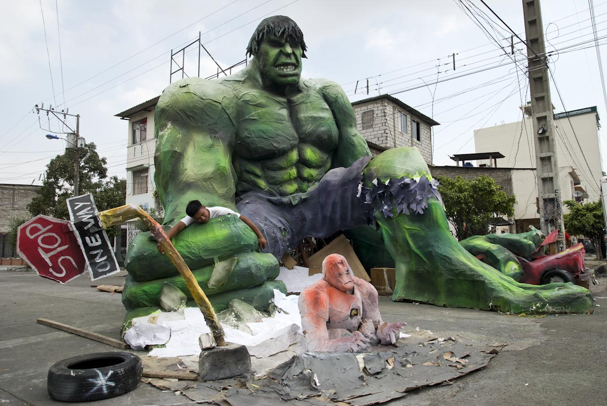 Ecuador Brings Out the Hulk, Smurfs, Hellboy for New Years: ecuador_new_years_14_20111229_1837746911.jpg