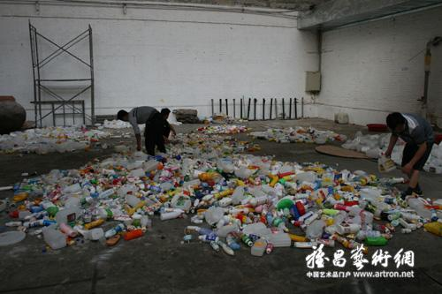 Thrown to the Wind: 36 Feet of Garbage by Beijing's Wang Zhiyuan: brt026000300214.jpg