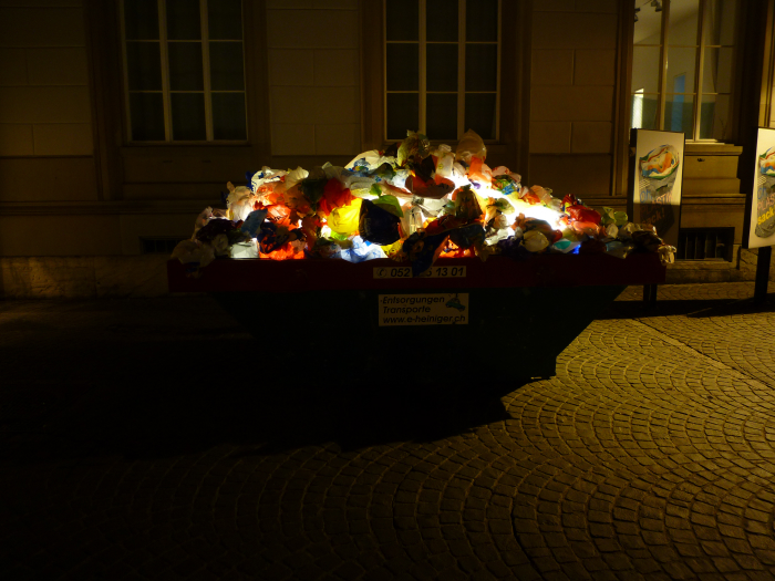 Plastic Garbage Guarding the Museum by Luzinterruptus: plastic_garbage_guarding_22_20120730_1373310941.jpg