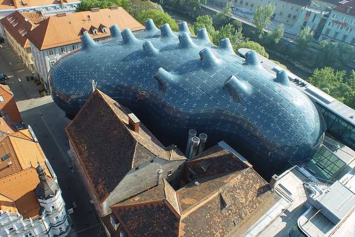 "Alien-Looking ""Kunsthaus Graz"" Building Inhabits Historic Neighborhood: Kunsthaus_01.jpg"