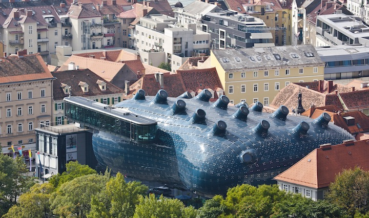 "Alien-Looking ""Kunsthaus Graz"" Building Inhabits Historic Neighborhood: Kunsthaus_02.jpg"