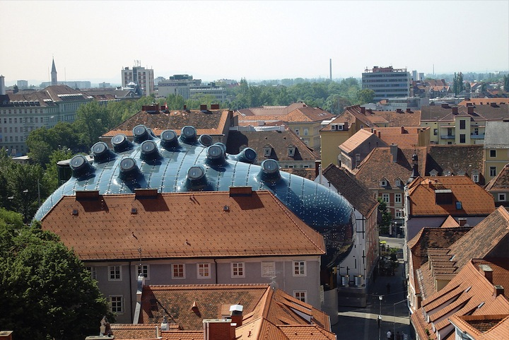 "Alien-Looking ""Kunsthaus Graz"" Building Inhabits Historic Neighborhood: Kunsthaus_03.jpg"