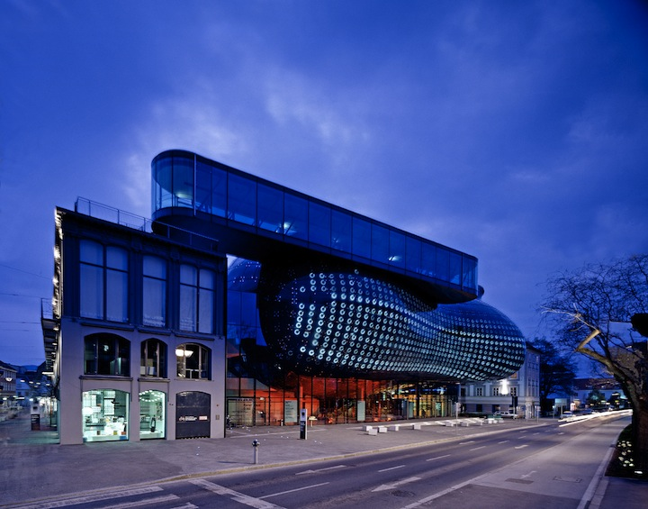 "Alien-Looking ""Kunsthaus Graz"" Building Inhabits Historic Neighborhood: Kunsthaus_04.jpg"