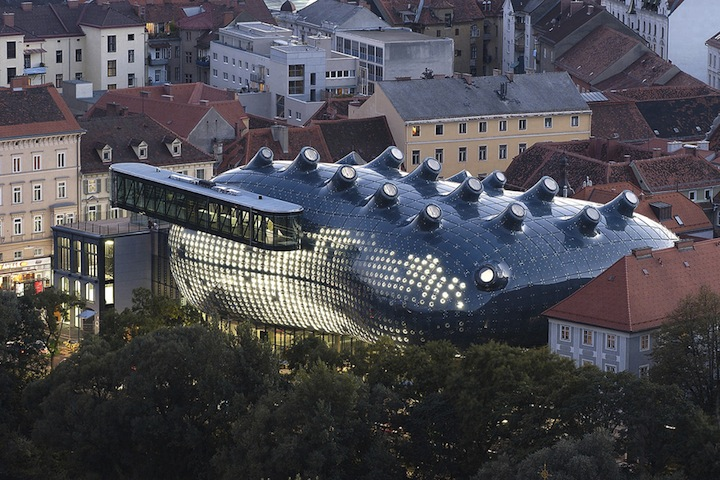 "Alien-Looking ""Kunsthaus Graz"" Building Inhabits Historic Neighborhood: Kunsthaus_08.jpg"