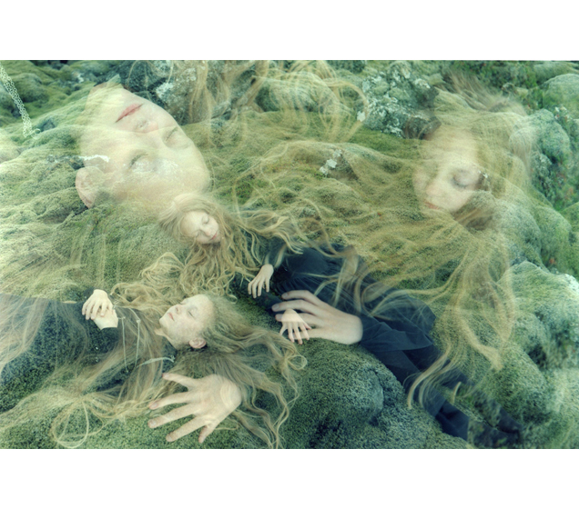 Ariko Inaoka's Photographs of Twins: 3web14moss dream.jpg