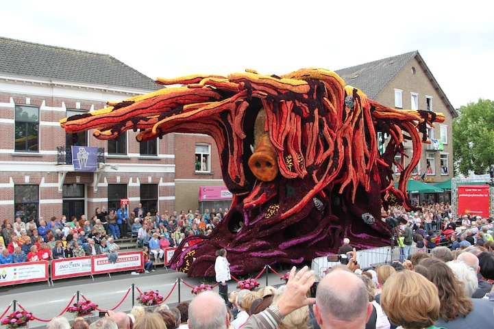 The 2013 Zundert Flower Parade: 2013SCHW0901FotoNielsBraspenning.JPG