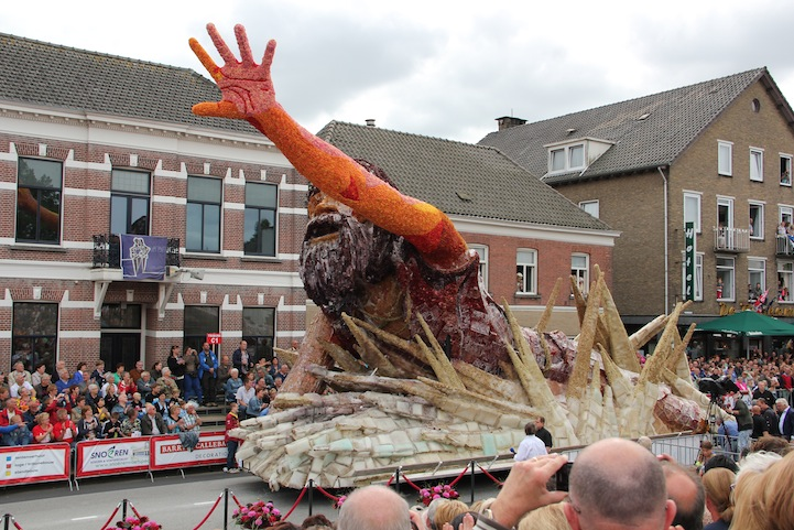 The 2013 Zundert Flower Parade: 2013STKW0101FotoNielsBraspenning.JPG