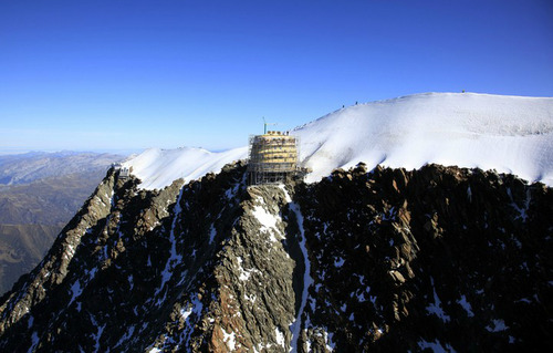 Mountain Hut Located on Europe's Highest Peak: tumblr_mt6nde43Wy1qzd1nwo2_500.jpg