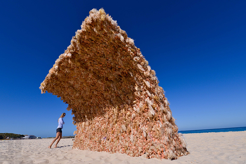 Annette Thas's Barbie Doll Wave: annette-thas-builds-a-giant-wave-wave-of-barbie-dolls-designboom-02.jpg