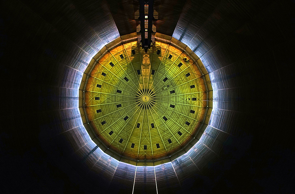 112-Meter High Gas Tank Becomes A Massive Light Installation: licht-3.jpg