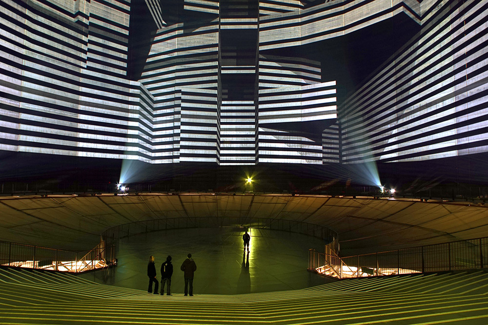 112-Meter High Gas Tank Becomes A Massive Light Installation: licht-5.jpg