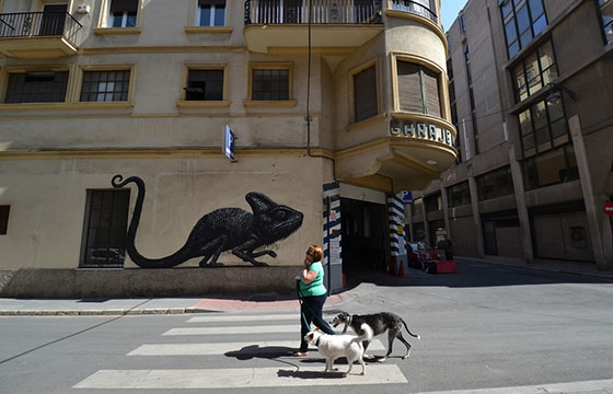 Roa paints iguana in Malaga, Spain