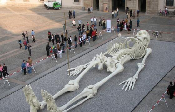 Gino De Dominicis's giant skeleton