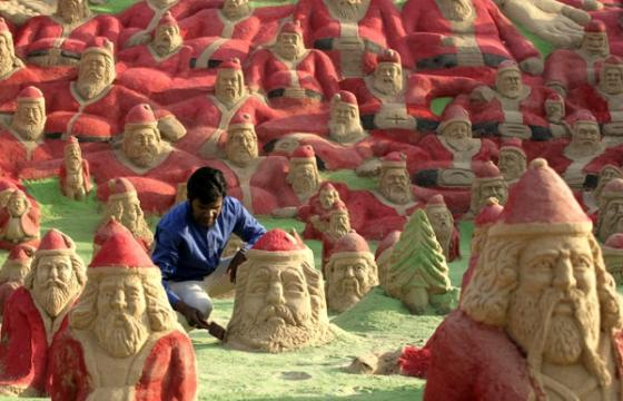 500 Santa Clauses Made of Sand by Sudarsan Pattnaik