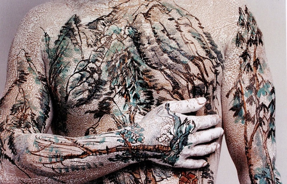 Huang Yan Paints Song Dynasty Landscapes on the Human Body