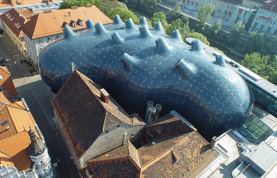"Alien-Looking ""Kunsthaus Graz"" Building Inhabits Historic Neighborhood"