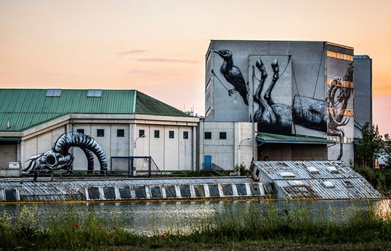 Roa paints large building for Bubblegum Festival