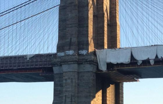 Lewy paints Brooklyn Bridge